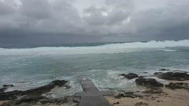 台東地區受到東北季風影響,沿岸及綠島都掀起近4公尺高的海浪。(蔡旻妤攝)