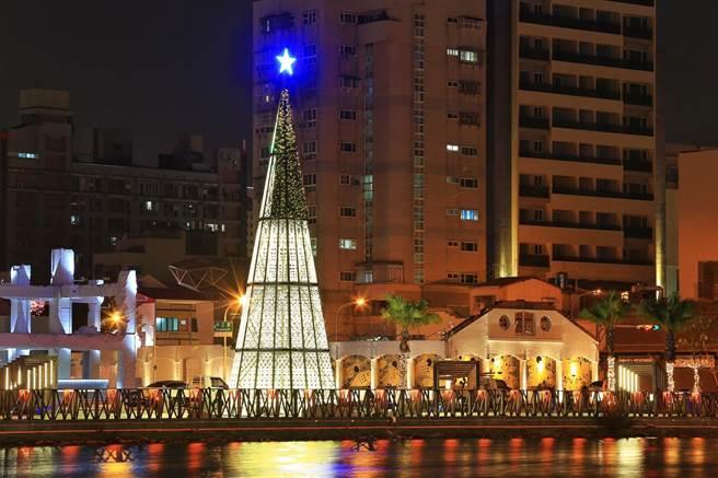 台南市政府今年將首次將聖誕點燈活動,從國立台灣文學館移師至運河畔廣8河樂廣場。(觀旅局提供/李宜杰台南傳真)