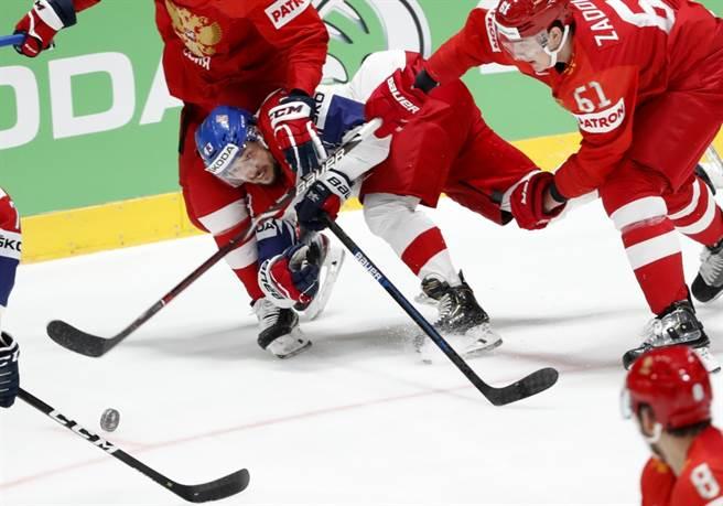俄羅斯冰球隊與對手球員撞成一團。(美聯社資料照)