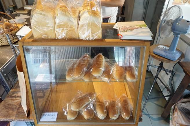 「小賴哥包」麵包45元起、吐司60至100元,在神岡當地屬於中上價位。(王文吉攝)