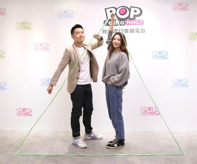 俊菖(左)邀田馥甄(右)在重演新輯封面三角形POSE,回味拍攝時無人知曉的痠痛。POP Radio提供