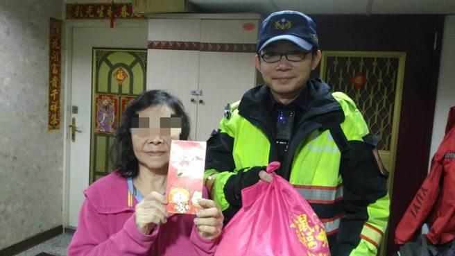 警員吳世彬平時就經常關懷轄區弱勢民眾,逢年過節也會自掏腰包購買物資濟助(淡水警提供/戴上容新北傳真)