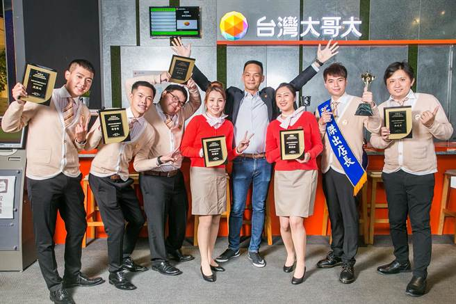 台灣大哥大總經理林之晨(右4)與今年年獲得TCFA優良及傑出店長們開心合影留念。(台灣大提供)