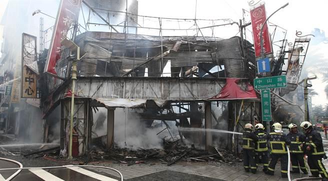 台中市繼光街中山路口,3日上午傳出火警,其中一福堂檸檬餅老店,全面燒毀。(黃國峰攝)