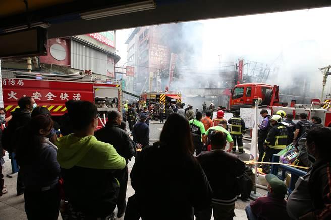 台中市繼光街中山路口,3日上午傳出火警,火勢從一福堂餅店燒起來,民眾圍觀。(黃國峰攝)