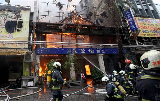 台中市繼光街中山路口,3日上午傳出火警,火勢從一福堂餅店燒起來,一路延燒7戶,消防隊緊急澆水搶救。(黃國峰攝)