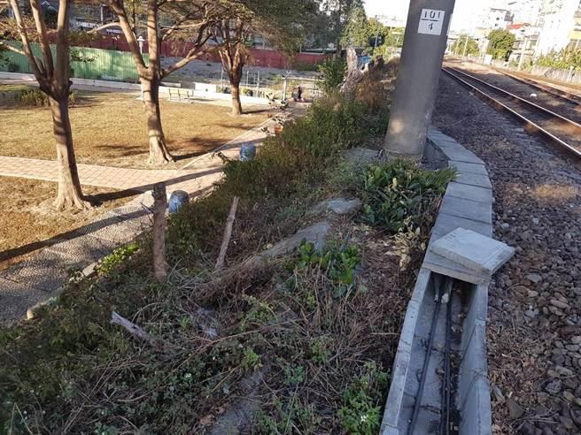 台鐵1252車次列車11月23日,要進入竹北站時,疑因撞到異物而停下,台鐵人員清查現場並報警,竟發現為人為造成。(翻攝照片/莊旻靜新竹傳真)