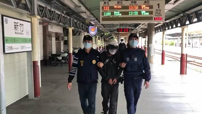 鐵路警察局員警組成「除石專案小組」,2日晚間拘提搞「軌」的羅男,並將他依公共危險罪嫌移送新竹地檢署偵辦。(翻攝照片/莊旻靜新竹傳真)