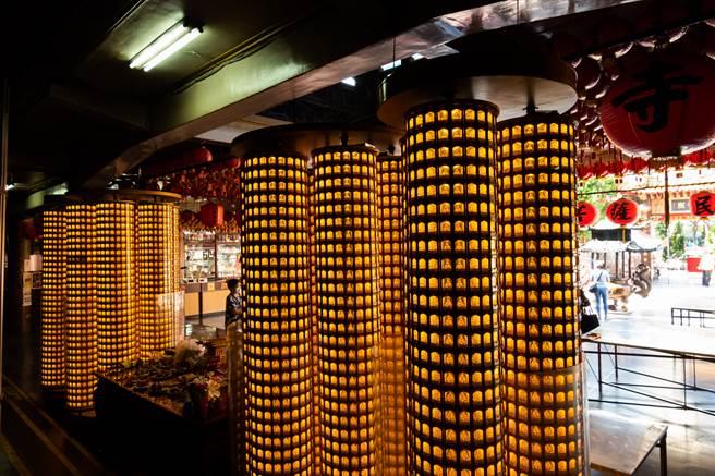 年末不少人會至宮廟點光明燈,祈求明年能夠順利。(圖/示意圖,達志影像)