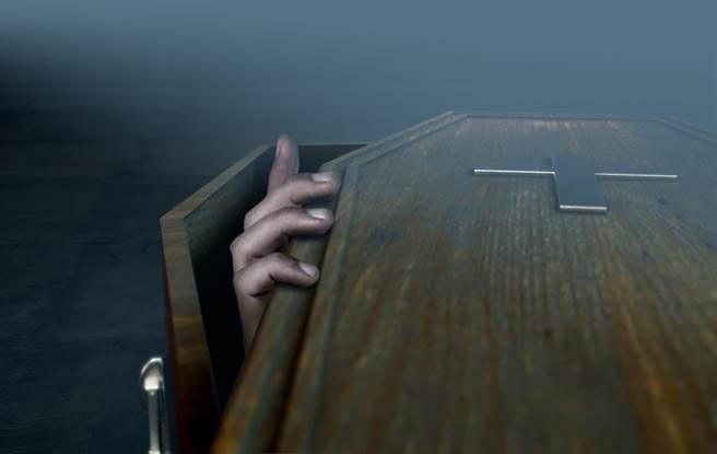 千里達日前進行一場詭異葬禮,一名男性死者未被放在棺材中,反而是穿戴整齊、以坐姿的方式進入教堂,嚇壞教堂人員,當場遭拒絕進入。(示意圖/shutterstock)