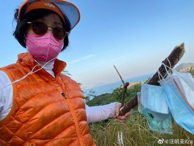 汪明荃外出散心變成撿垃圾一日遊,撿到一堆廢棄口罩超生氣。(翻攝自汪明荃微博)