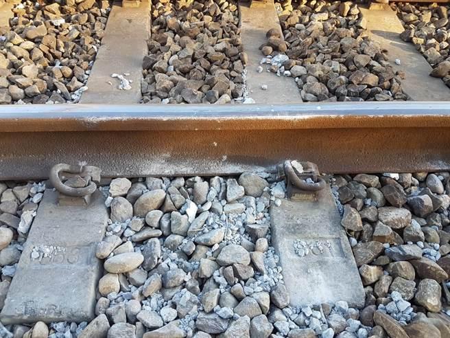 羅男在竹北站鐵軌堆石頭。(圖/警方提供)