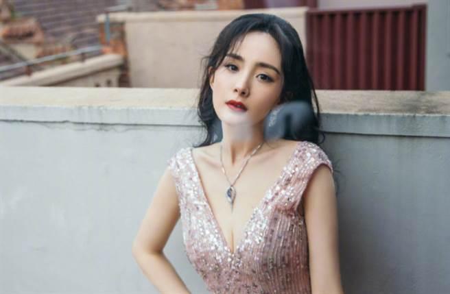 34歲大陸女星楊冪擁有甜美精緻的臉蛋及166cm纖瘦身材。(圖/摘自微博@嘉行杨幂工作室)
