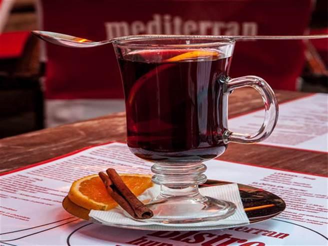 此次歐洲耶誕市集有歐洲傳統的起司、巧克力、鬆餅、手工點心、傳統熱紅酒等等,不必出國就可享用到異國美食。(非市集活動照片/圖片取自中時新聞網)
