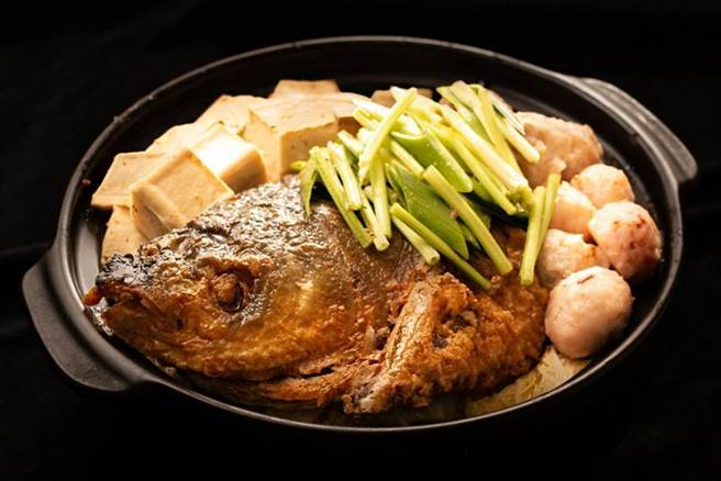 (台北華國大飯店年菜開賣,「砂鍋魚頭」1,800元。圖/台北華國大飯店提供)