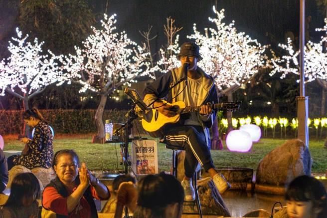 花蓮縣府在瑞穗、玉里鄉鎮溫泉區加碼舉辦演唱會,邀在地原住民歌手歡唱,讓泡湯遊客聆聽美聲。(花蓮縣府提供/王志偉花蓮傳真)