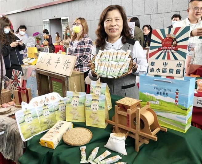 清水區農會推出以清水米研發製作的「清水米棒」,口味獨特,深受消費者青睞。(陳世宗攝)