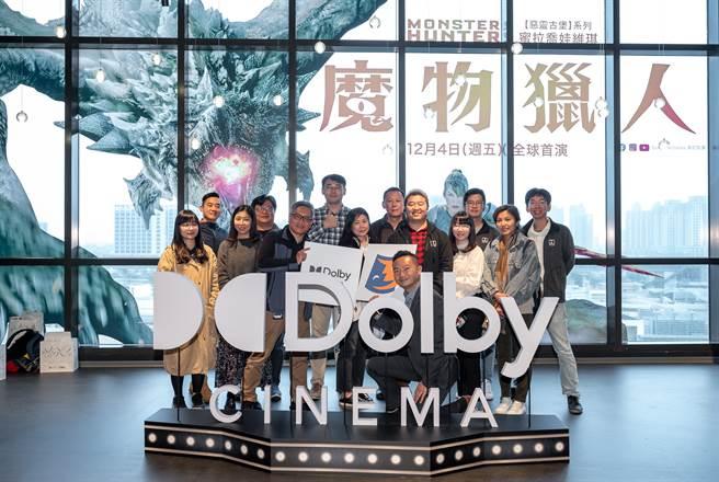 杜比實驗室內容合作總監柯永德(前排中)與台灣杜比團隊合影。(業者提供/黃慧雯台北傳真)