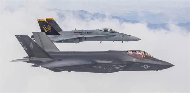 美軍陸戰航空兵第314戰鬥打擊中隊的F-35C與F/A-18。 314戰鬥打擊中隊的字母號是VW。(圖/美國海軍)
