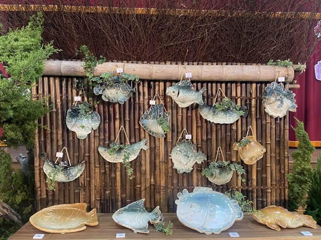新塭社區及國小60名素人花2個多月的時間創作出兼具美觀及實用的魚形陶盤及吊飾。(張亦惠攝)