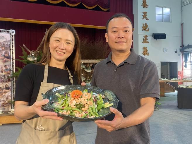 布袋當地網紅漁村張娜娜(左)將在地特色菜餚盛進陶藝家李俊蘭(右)製作的陶盤中。(張亦惠攝)