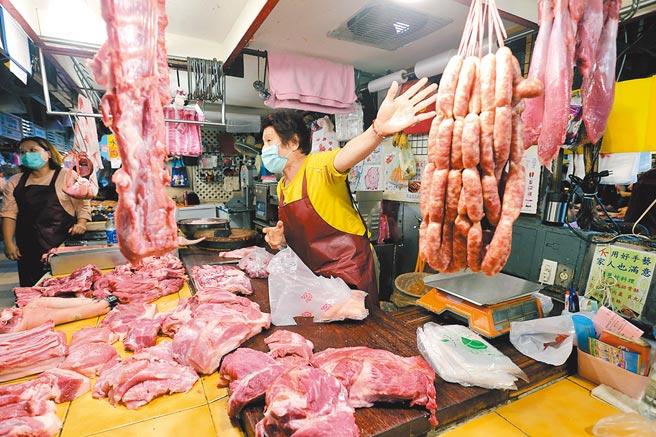 萊豬不到一個月後將進口,不僅民眾憂心,豬商也擔心「100%國產破功」影響生意。圖為傳統市場販售豬肉的攤商,強調自己的香腸是用台灣豬肉製作。(黃世麒攝)