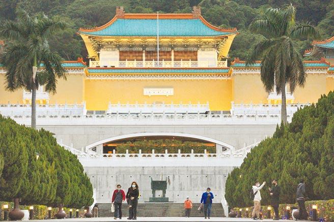 針對國立故宮博物館可能改名「華夏博物館」、「亞洲博物館」等,蔡英文總統2日民進黨中執會前受訪表示,沒有改名這件事,圖為民眾步出台北故宮博物院。(張鎧乙攝)