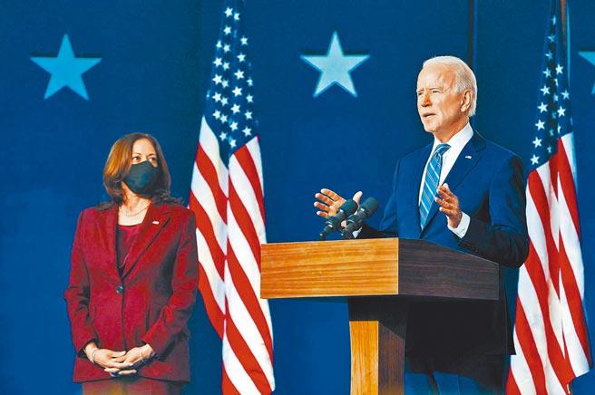 美國總統大選後,拜登(右)由副手賀錦麗陪同發表演說,聲明將以總統身分執政。(取自twitter@JoeBiden)