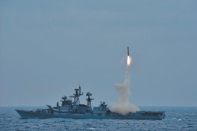 12月1日,印度海軍發布成功試射「布拉莫斯」(BrahMos)反艦飛彈。(取自印度海軍官方推特)