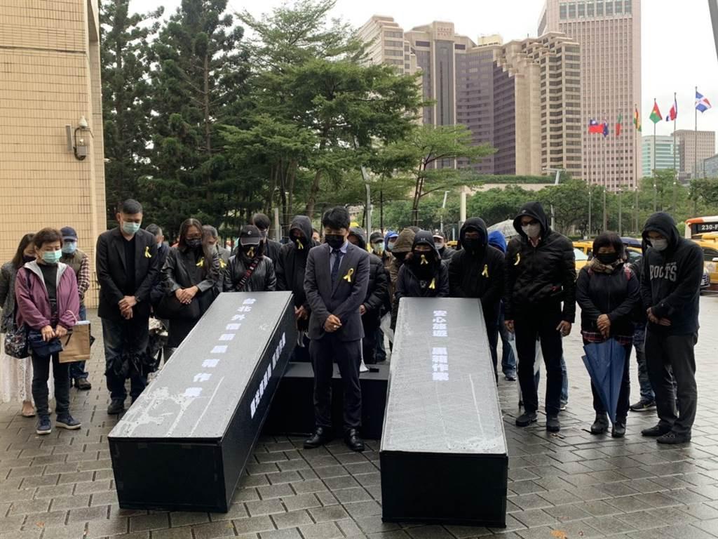 北市旅館公會今抬紙棺到市府抗議安心旅遊補助遲未發放。(張薷攝)