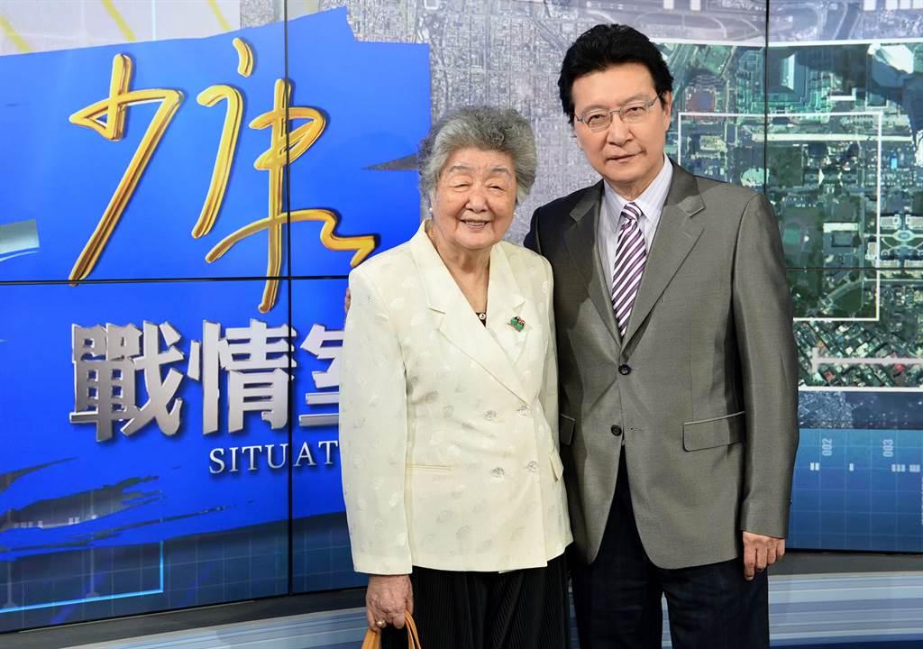 媒體人趙少康(右)及母親(左)。(圖/翻攝TVBS少康戰情室臉書)