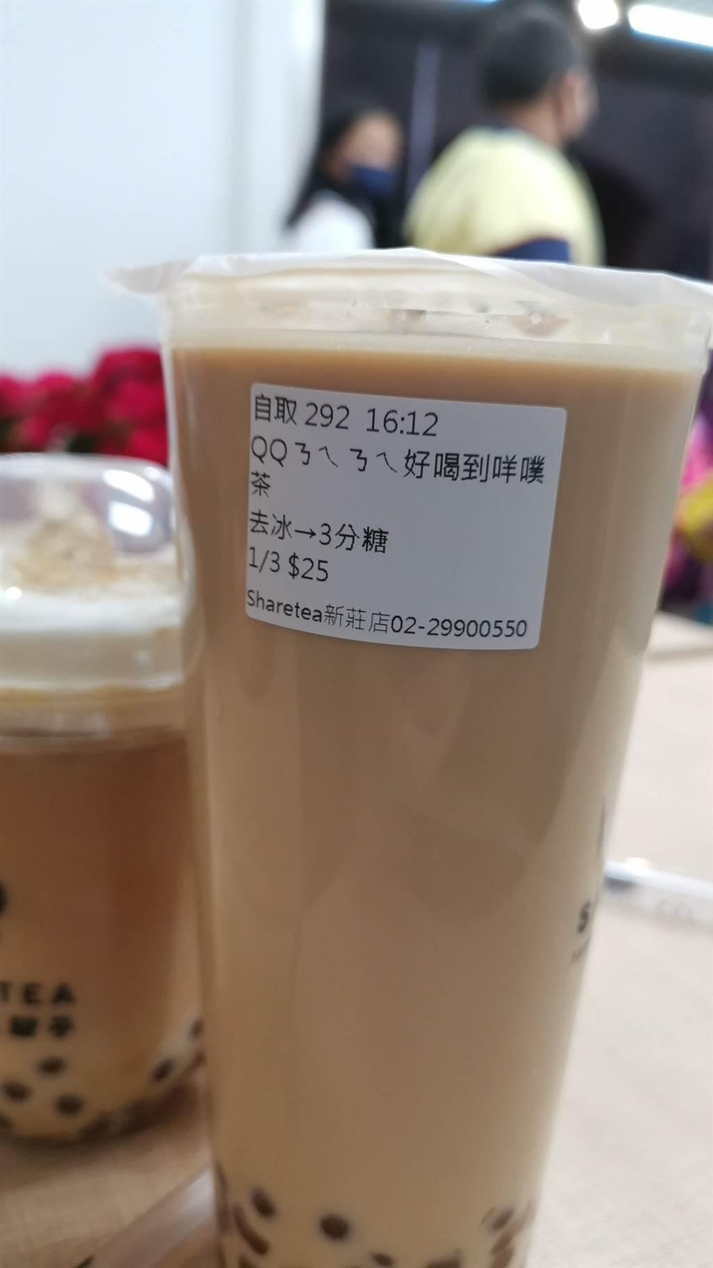 另外,臉書《爆廢公社》有網友曬出購買「QQㄋㄟㄋㄟ好喝到咩噗茶」照片,吸引許多網友討論。(圖/翻攝自爆廢公社)