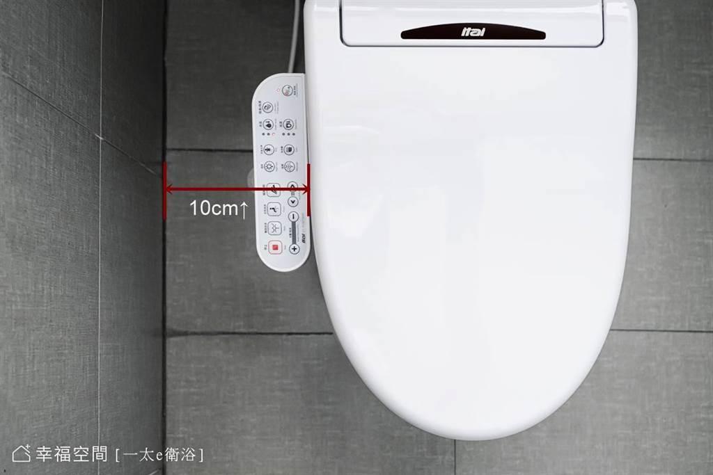 消費者務必確認馬桶距離牆面至少有10公分,才裝得下免治馬桶便座。(攝影/柯善文)