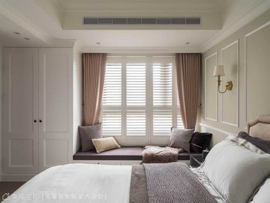 木百葉窗的縫隙,讓日光悄悄鑽入臥室,搭配莫蘭迪色系的臥榻設計,為寢臥空間創造放鬆身心的一隅。(圖片提供/張馨&瀚觀室內設計)