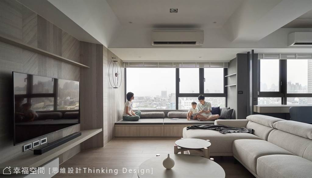 窗邊臥榻的座位後方以圓筒靠枕設計,讓人輕鬆倚靠,即使坐臥整日也不腰痠背疼。(圖片提供/思維設計Thinking Design)
