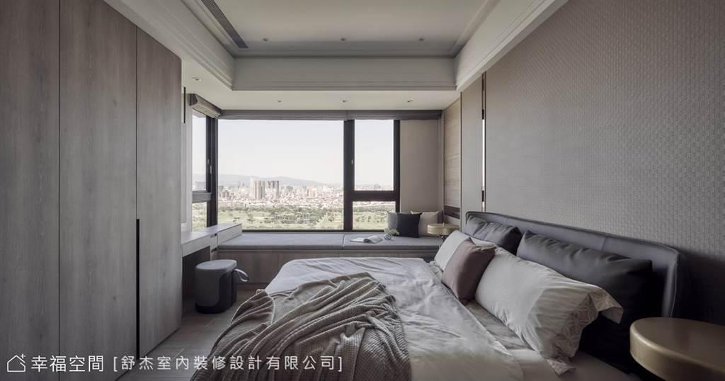 延伸化妝桌的窗邊臥榻,設計上將高度平行窗台,讓你不論坐臥都能盡收高樓美景。(圖片提供/舒杰室內裝修設計有限公司)