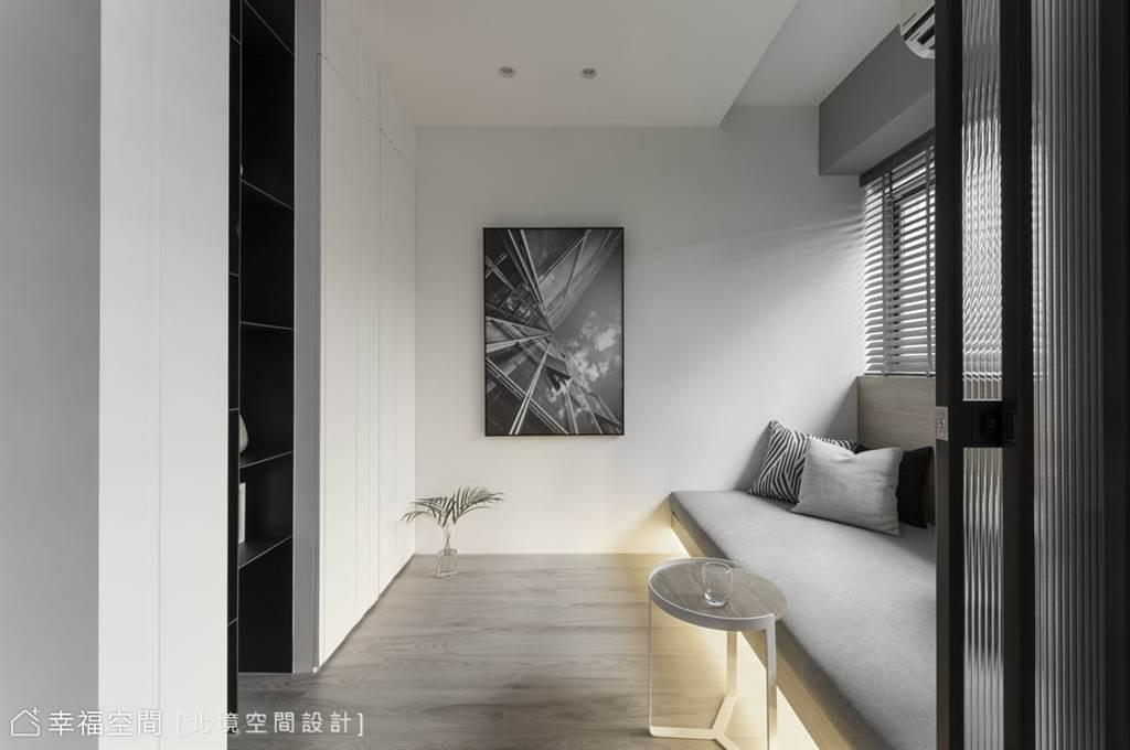 書房臥榻下方內嵌燈條,點亮原本沉悶的空間色調,點綴溫暖氣息。(圖片提供/北境空間設計)