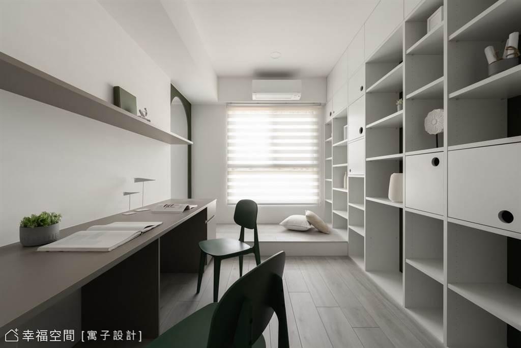 書房的純白低矮臥榻,讓人能輕鬆坐臥於此,與之連結的壁面收納櫃,增加擺設、儲藏機能。(圖片提供/寓子設計)