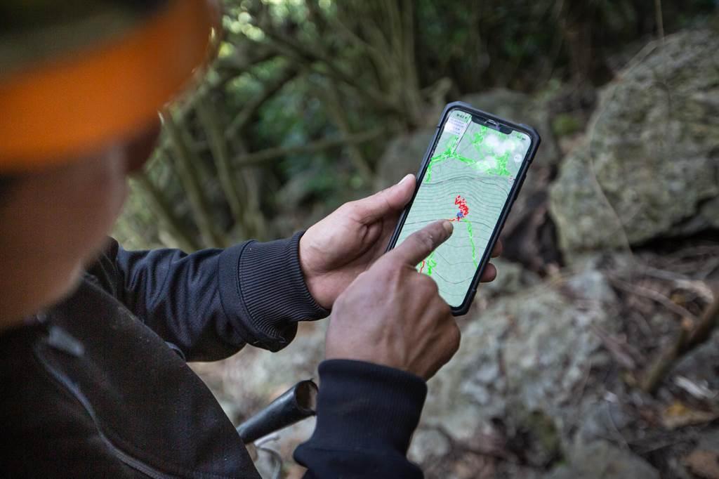 救難人員事後比對搜救軌跡圖,發現曾有兩隊人員靠近傅男僅50公尺不到,但礁石、雜林密佈導致無法直接目視發現。(袁庭堯攝)