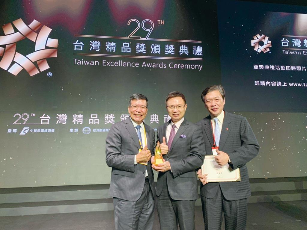 流亞科技獲第29屆台灣精品金質獎,董事長陳暐仁(左)、外貿協會董事長黃志芳(中)及流亞科技總經理沈鴻志(右)合影。圖/業者提供