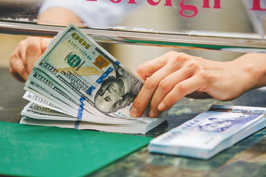 新台幣匯率勁揚,盤中最高升抵28.401元,飆升3.65角,攻破彭淮南防線,最後收28.668元創下9年半新高。(本報資料照片)