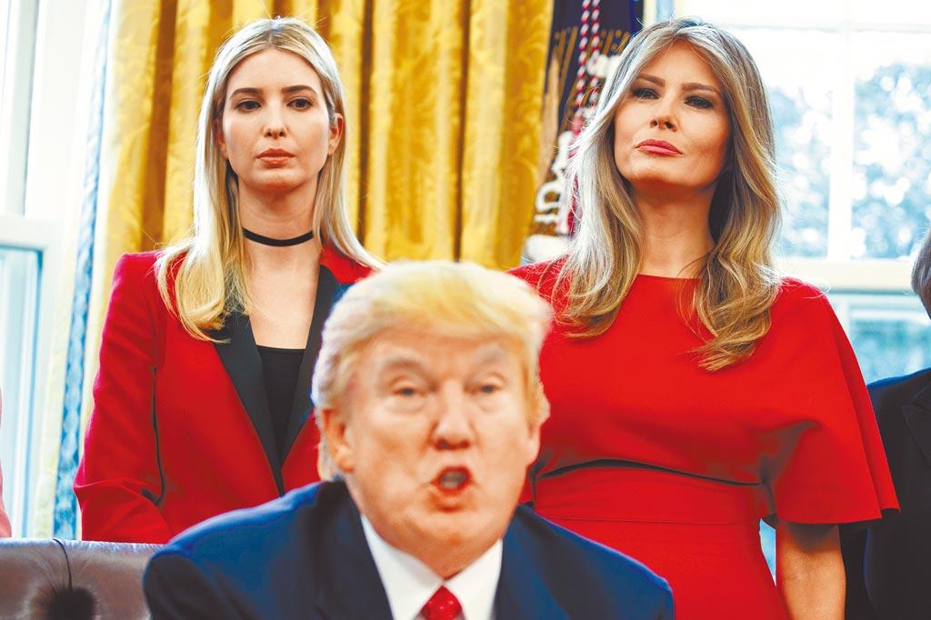 美國總統川普2017年在橢圓形辦公室內的檔案照,身後為其長女伊凡卡(左)及第一夫人梅蘭妮亞。因2017年川普就職典禮涉嫌濫用資金,伊凡卡與梅蘭妮亞傳出遭檢方傳喚。(美聯社)