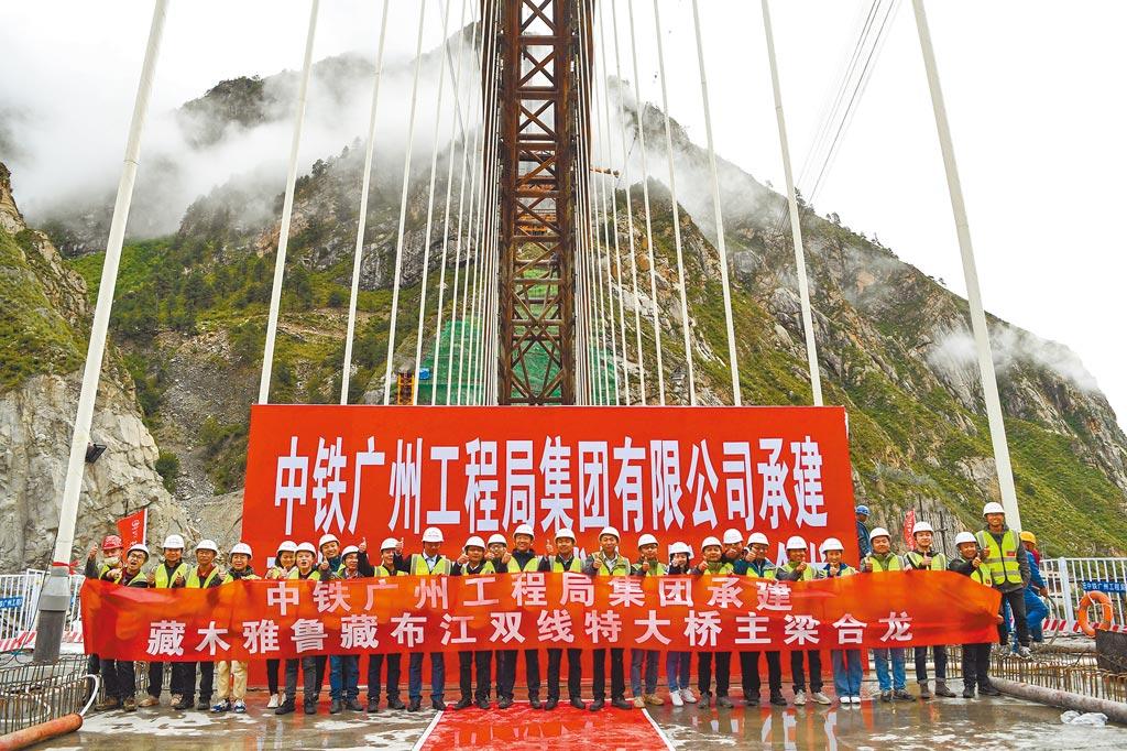 川藏鐵路開工,引發印度擔憂。圖為6月20日,位於西藏加查縣的藏木特大橋成功合龍。(中新社)