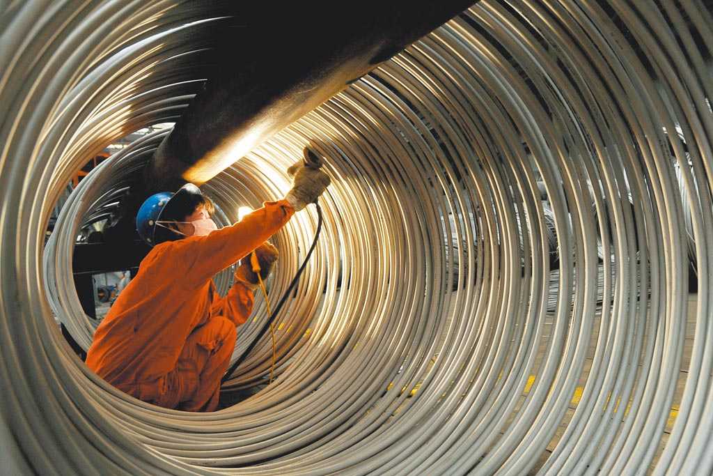 工人在大連一工廠修磨不鏽鋼線材。(新華社資料照片)