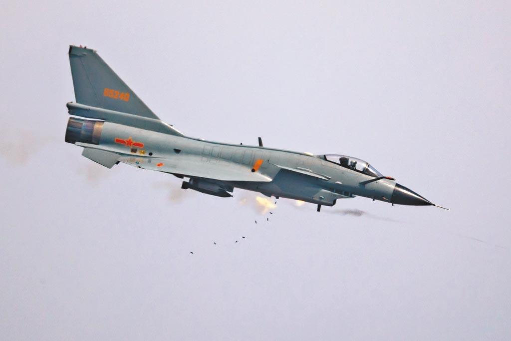 解放軍空軍殲-10A戰機進行機炮射擊。(新華社資料照片)
