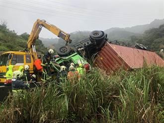 台62甲驚傳貨櫃車嚴重翻覆 駕駛受困車內仍在搶救