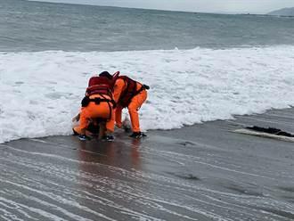 8級浪強襲膠筏4船員落海 海巡跳入海中順利救援