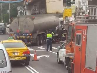 油罐車轉彎擦撞機車 老翁腿卡護桿緊急脫困