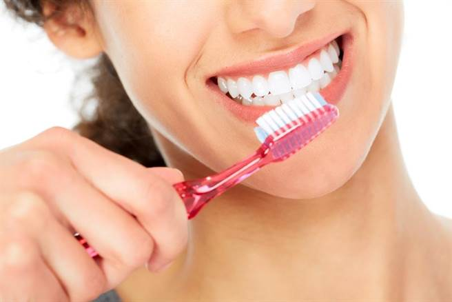 研究顯示,若口腔未時常保持清潔,罹癌風險將大幅提升。(示意圖/Shutterstock)