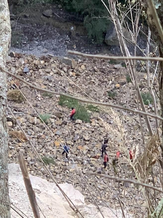 消防隊4日上午8時45分於崩塌地溪谷中發現黃男遺體。(南投消防隊提供/黃立杰南投傳真)